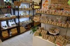 099-5「にしおか」にはさまざまな蜂蜜商品が並ぶ